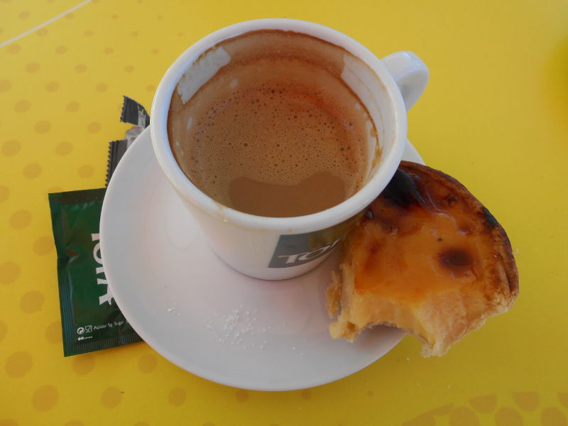 Zapachy Madery: Chinesa, czyli kawa zmlekiem, wraz zkawałkiem pysznego pastel de nata.